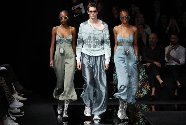 Modelos apresentam criações da Emporio Armani durante a Semana da Moda de Milão, na Itália.