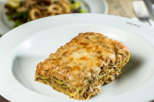 Lasanha à bolonhesa do Gero, com massa verde.
