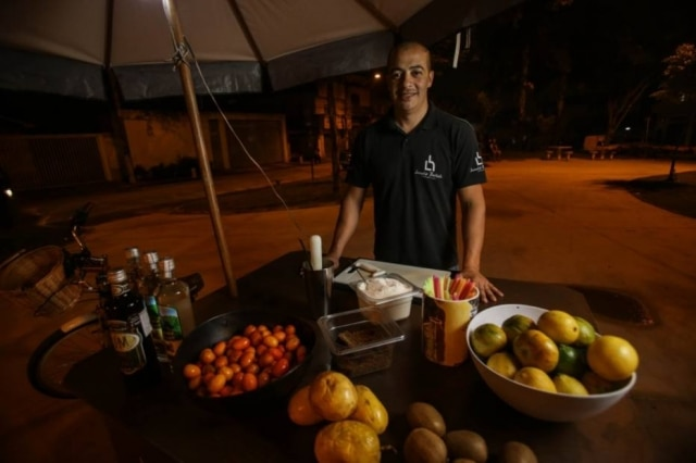 Na bike, Leandro prepara caipiras de frutas amarelas (maracujá, carambola, mexerica e abacaxi), três limões com rapadura e outras tantas