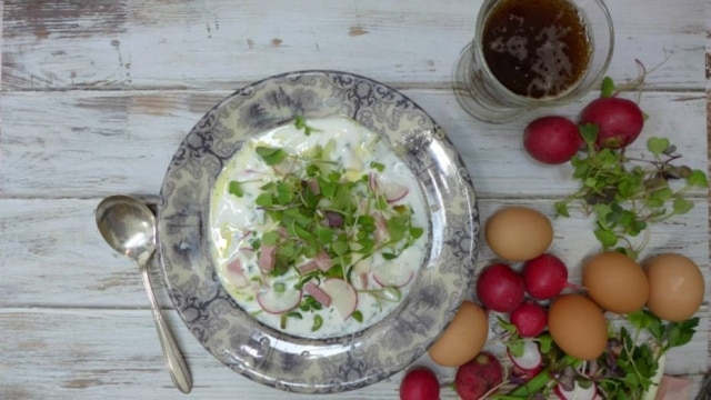 Okroshka. Sopa fria leva batata, ovos, endro (dill) e vegetais, presunto ou salame, e, claro, kvass