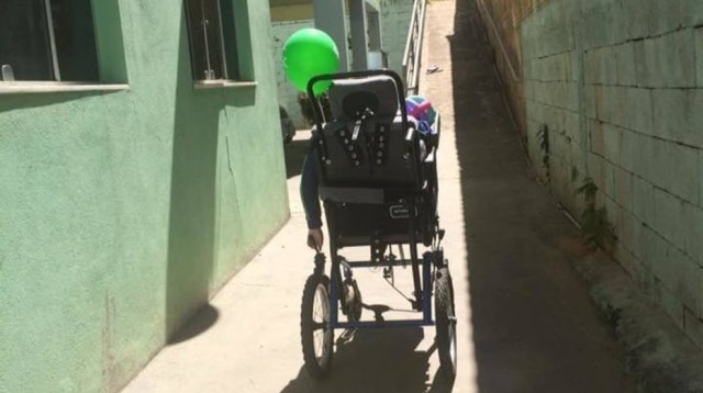 João chegou em casa apenas com uma bexiga amarrada na cadeira de rodas, uma 'lembrança' do passeio que ele não foi.