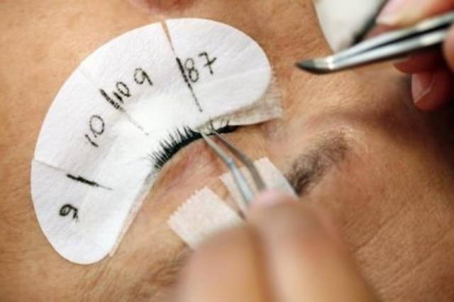 O alongamento de cílios fio a fio é um procedimento em que uma fibramais longaé coladano fio natural da pálpebra
