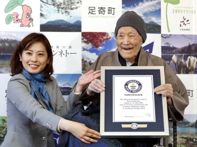 Masazo Nonaka recebe o certificado do 'Guinness'.