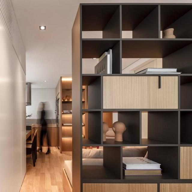 A estante divisória entre o dormitório e o ambiente de estar