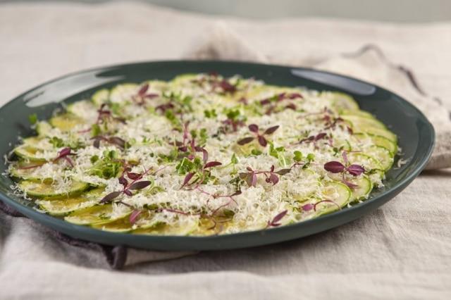 Carpaccio de abobrinha com hortelã e parmesão, da chef Bella Masano.