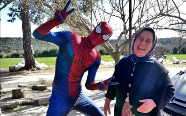 'Homem-Aranha' ajuda comunidade turca durante a pandemia do coronavírus.