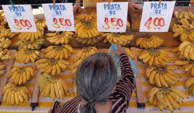 Olhe a banana. Barraca de fruta em feira livre na Vila Ré, bairro da zona leste de São Paulo