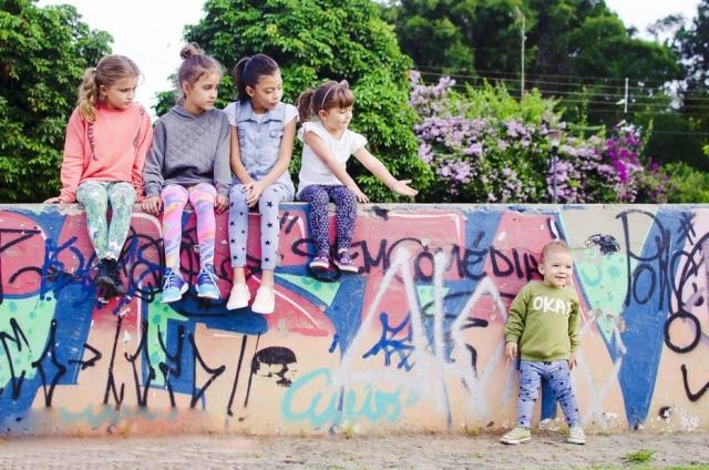 Há pouco mais de um ano, em São Paulo, a jornalista Renata Gallo e a fisioterapeuta Telma Gagliardo criaram uma marca infantil unissex, a Roupa para Brincar, especializada em leggings coloridas e estampadas.