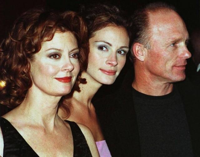 Susan Sarandon (esquerda), Julia Roberts e Ed Harris, protagonistas em Lado a Lado (1998).