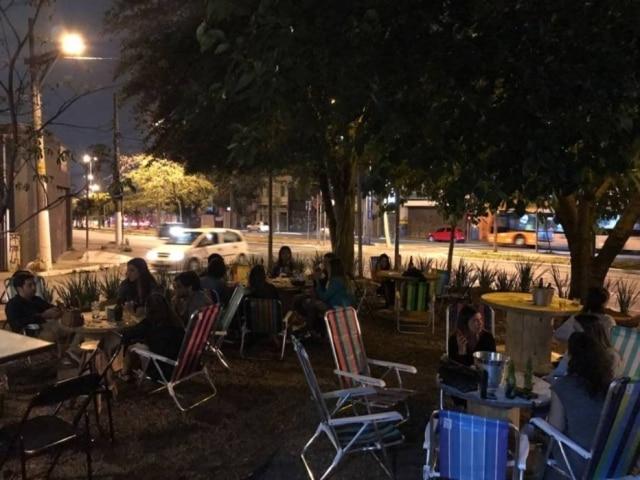 Praça recuperada virou jardim do novo bar