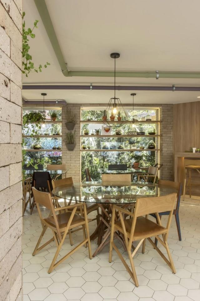 Tijolinhos e vidros envolvem o espaço e ampliam sensação rústica