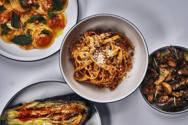 Prato do Misi: corzetti com tomate-cereja (no topo esquerdo), strangozzi com ragu de porco(no centro), cogumelos em conserva (na direita) e berinjela assada (no canto inferior esquerdo).