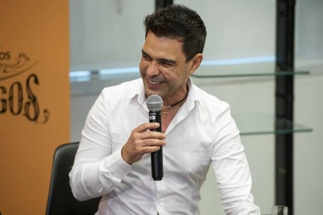 Zezé Di Camargo em coletiva do especial 'Amigos - A História Continua' em 2019, na Globo.