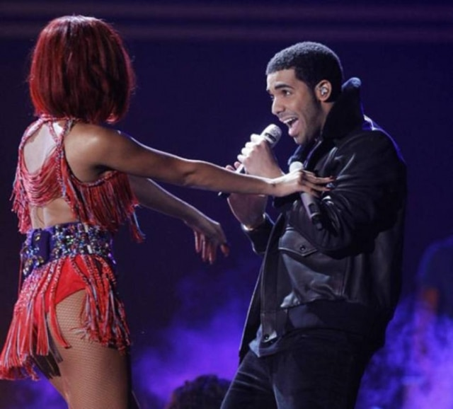 Rihanna e Drake cantam juntos em show.