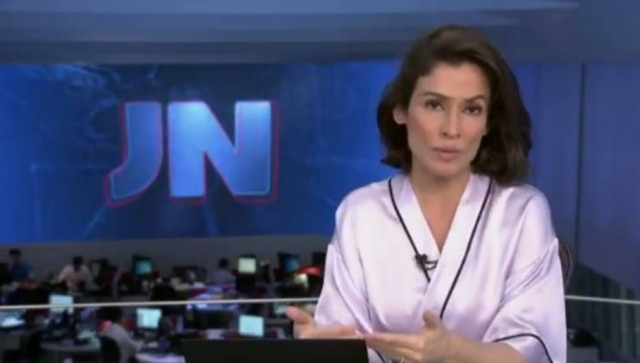 renata vasconcellos apresenta a chamada do \u0027jornal nacional\u0027 de roberenata vasconcellos fez a chamada para o jornal nacional vestido um robe
