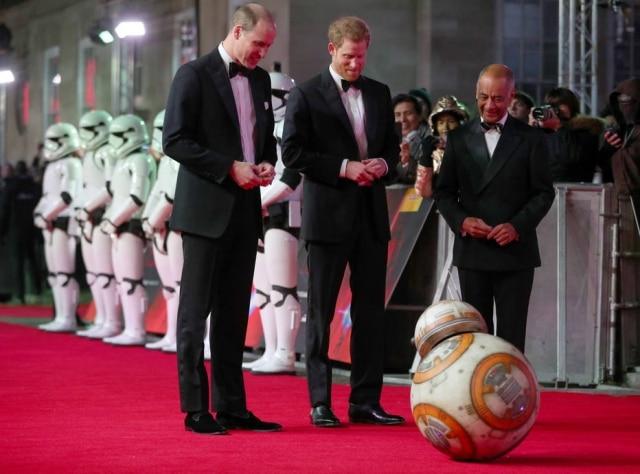Os príncipes William e Harry participaram da premiere europeia do filme 'Star Wars: Os Últimos Jedi' e foram recebidos por BB-8
