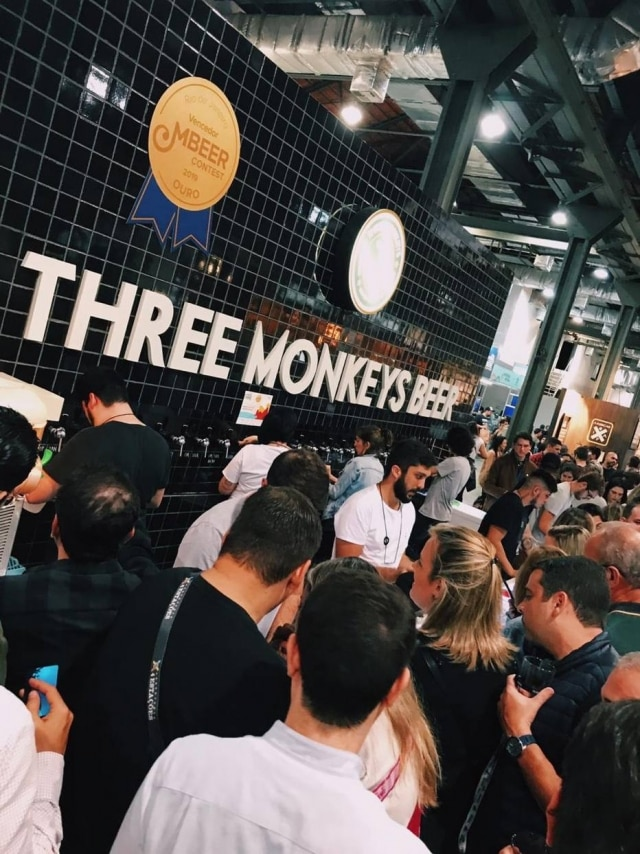 Estande da cervejaria cariocaThree Monkeys noMondial de la Bière.