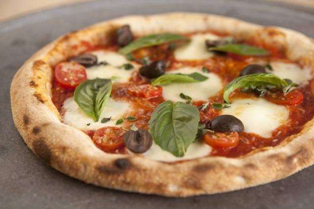 É possível fazer uma pizza profissional em casa.