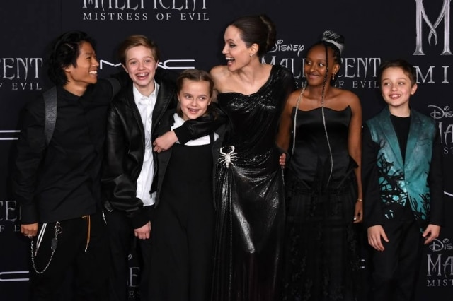 Angelina Jolie com os fillhosPax Thien Jolie-Pitt, Shiloh Nouvel Jolie-Pitt, Vivienne Marcheline Jolie-Pitt, Zahara Marley Jolie-Pitt e Knox Leon Jolie-Pitt no tapete vermelho de 'Malévola'.