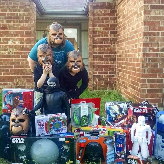 Candace e seus filhos receberam uma linha completa de brinquedos, após o sucesso do vídeo.