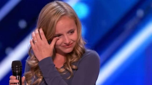 Simon pediu para Evie se acalmar antes de cantar; a menina estava muito emocionada
