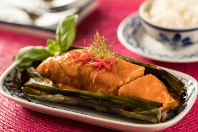 Peixe com curry e folha de bananeira