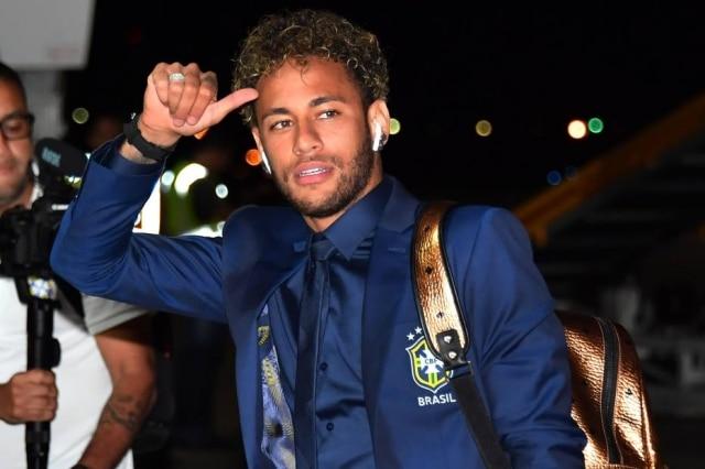 O atacante Neymar desembarca em Sochi com mochila Nordstrom Rack