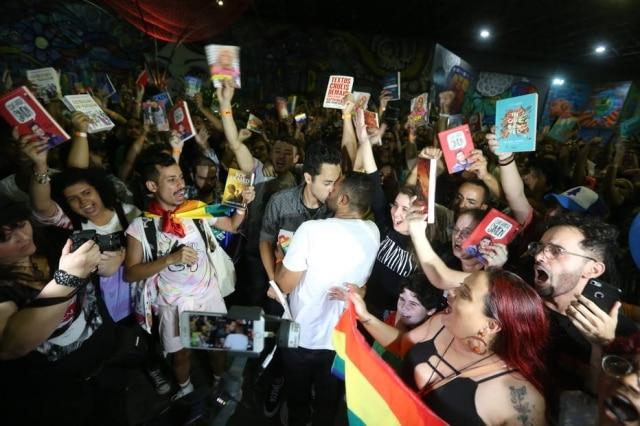 Manifestantes em protesto realizado na noite de sábado, 7 de setembro, na Bienal do Livro do Rio de Janeiro, contra oprefeito da cidade, Marcelo Crivella (PRB).