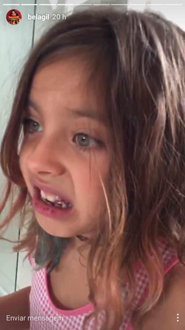 A menina disse preferir escovar os dentes com cúrcuma