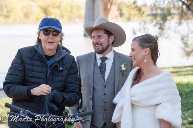 Paul McCartney estava pedalando pelo local onde casal era fotografado e participou das fotos do casamento.
