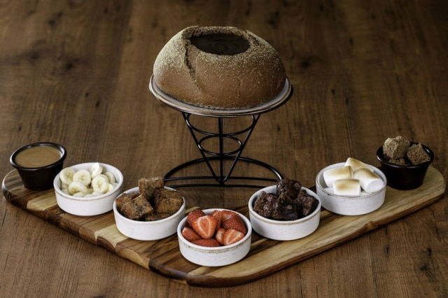 O fondue doce do Outback vem com a calda de chocolate original doChocolate Thunder From Down Under.