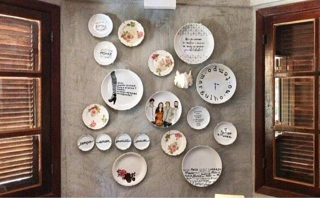 Frases, fotos, pinturas: tudo é válido na hora de compor sua coleção de pratos. Na foto,parede afetiva na casa de campo em Niterói da arquiteta e artista plástica Desirée Bruver