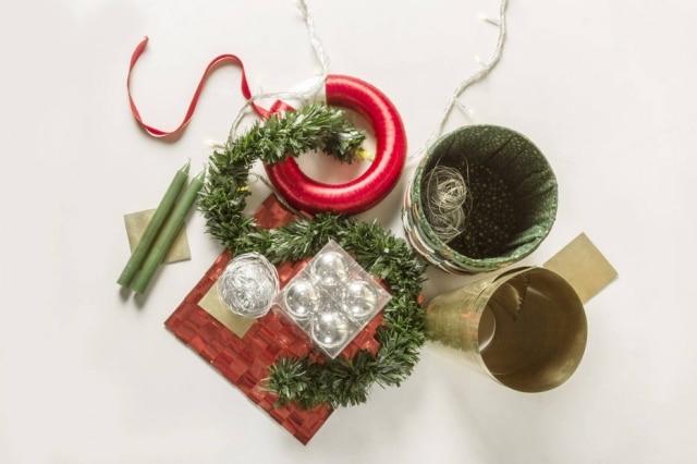Para montá-lo, são necessários apenas quatro materiais: fio de nylon, tesoura, canudos de plástico duro e bolinhas de Natal