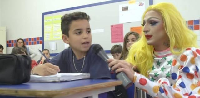 A drag queen Femmenino, interpretada por Nino de Barros, em escola de Juiz de Fora