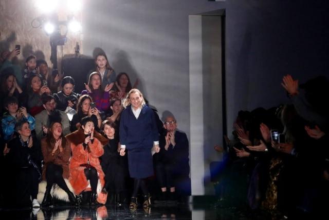A estilista Miuccia Prada na passarela de seu último desfile de inverno, em Milão