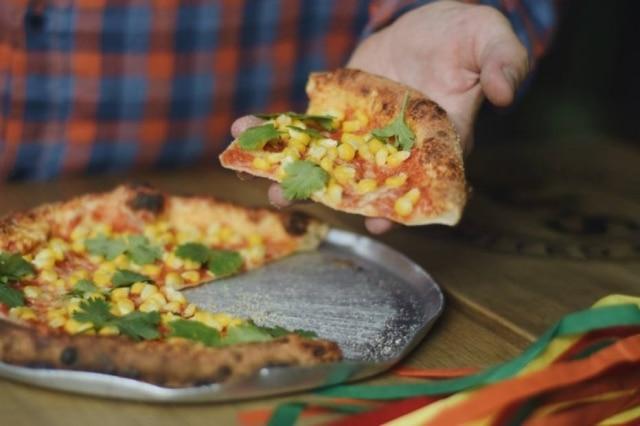 Pizza de mussarela, milho e coentro, criada pelo sócio e chef Greg Caisley para a festa