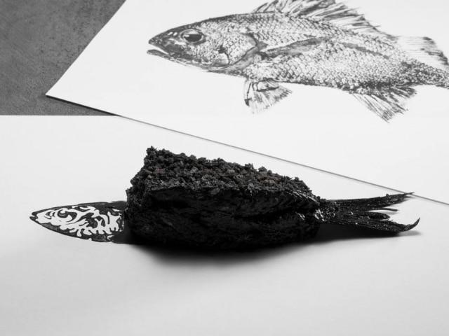 Arte no prato. Inspirado na tecnica gyotaku, peixe é parte para olhar, parte para comer