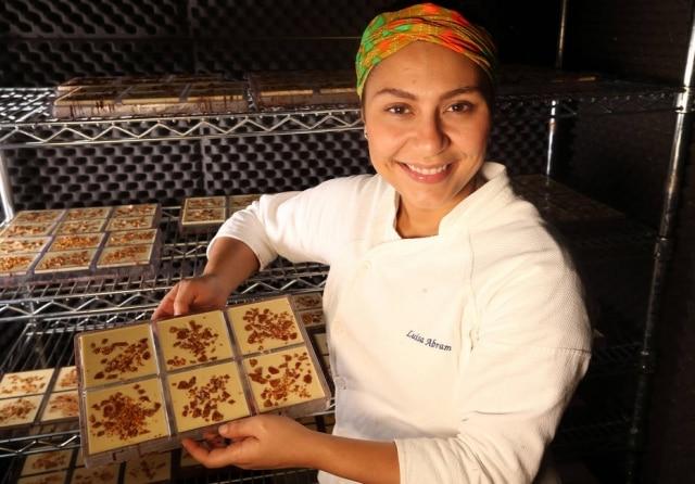 Desde o início, Luisa Abram produz suas barras bean to bar, ou seja, do grão à barra.