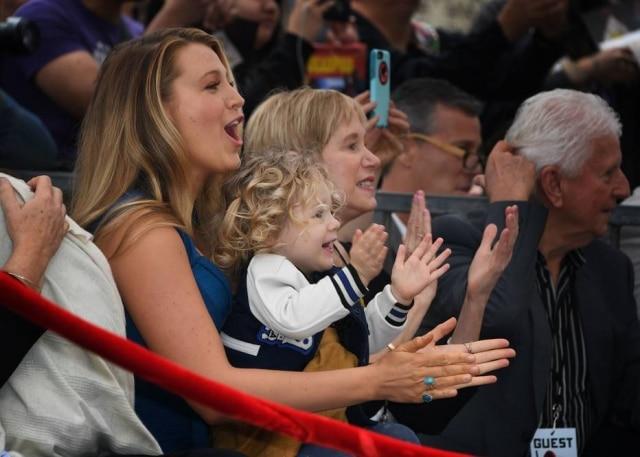 Blake Lively e suas filhas felizes pelo pai.