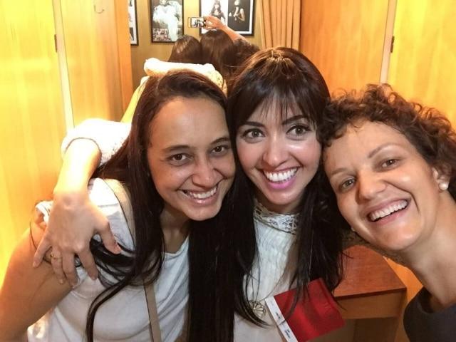 Em uma loja de perucas, Daniela, uma amiga e Katia provam modelos diferentes para recuperar a autoestima. Na foto, o cabelo de Katia já começava a crescer.