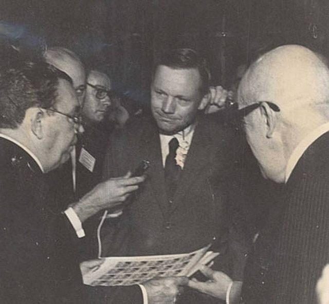 Neil Armstrong é presenteado com selos comemorativos,Rio de Janeiro, RJ, 3/10/1969.