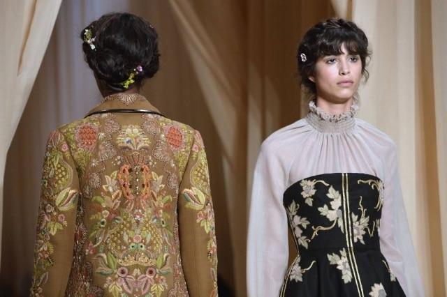 A coroa de tranças traz um ar de princesa às modelos da Valentino