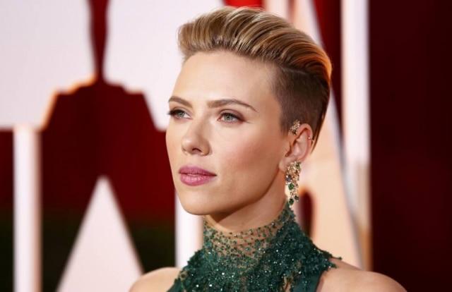 Scarlett Johansson surpreende no Oscar ao aparecer com parte da cabeça raspada