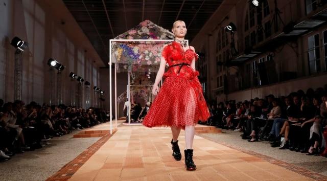 Grife Alexander McQueen coloca modelos com curvas em sua passarela