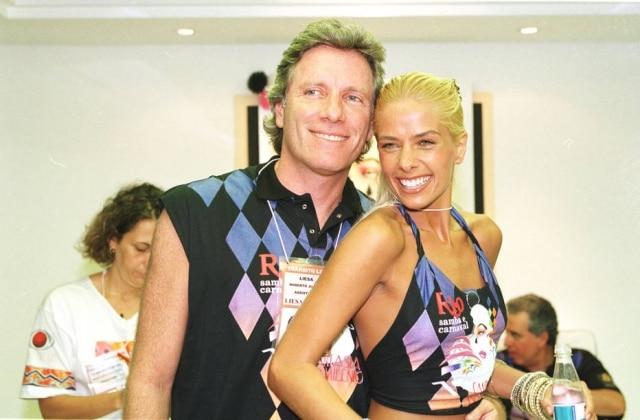 Roberto Justus ao lado de Adriane Galisteu, sua ex-mulher, no carnaval de1999.