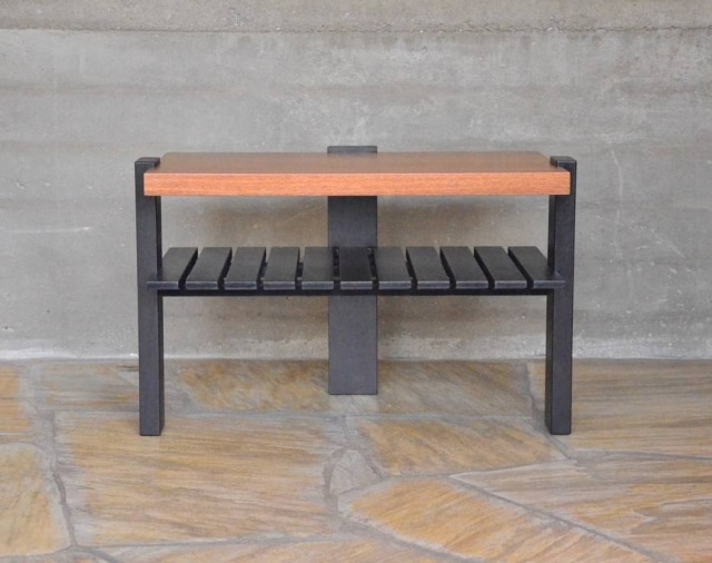 Da Girante, a peça pode funcionar como sapateira no hall de entrada ou como mesa lateral, ou rack, na sala. Design Arildo de Andrade