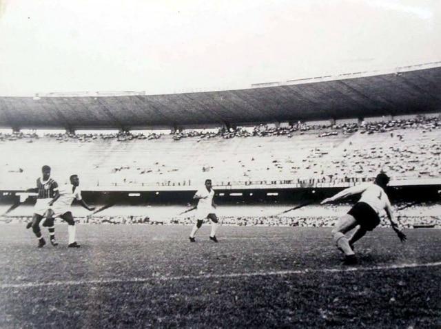 Terceira das quatro fotosdo gol de placa de Peléque estavamexpostas no Maracanã em 2001.