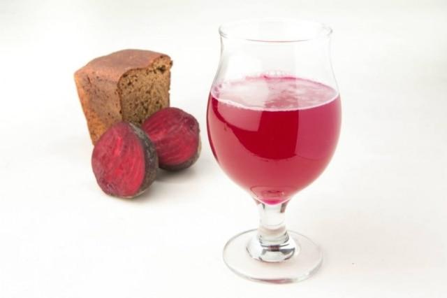 Pão de centeio, fermento e água são a base de todos os kvass; neste, o ingrediente escolhido para a maturação é a beterraba
