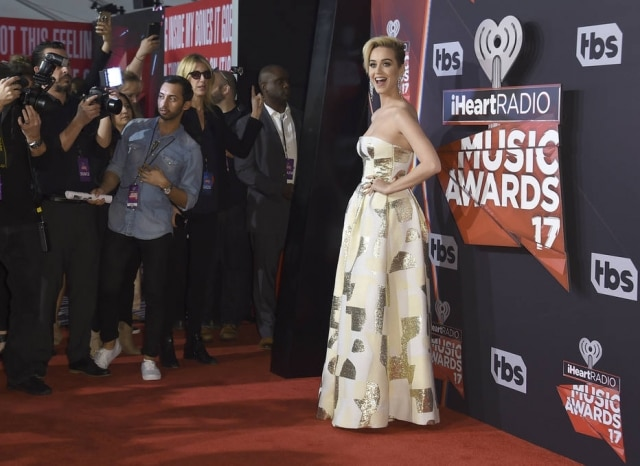 Katy Perry brilhou no red carpet da premiação.