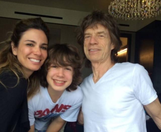 Luciana ao lado de seu filho, Lucas, e do cantor Mick Jagger.